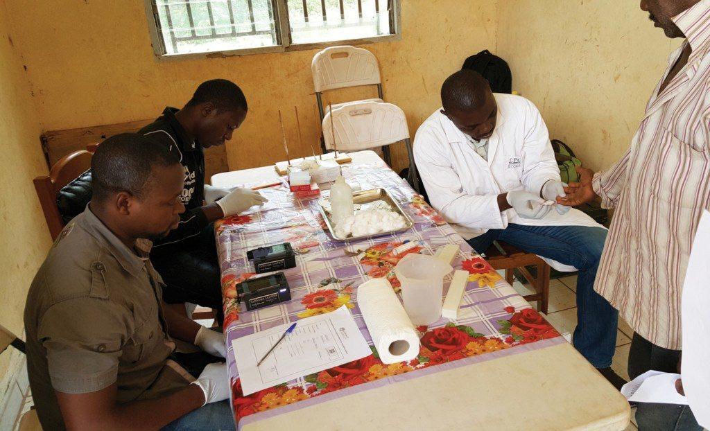 Des médecins utilisant la technologie CellScope pour effectuer des diagnostics en Afrique